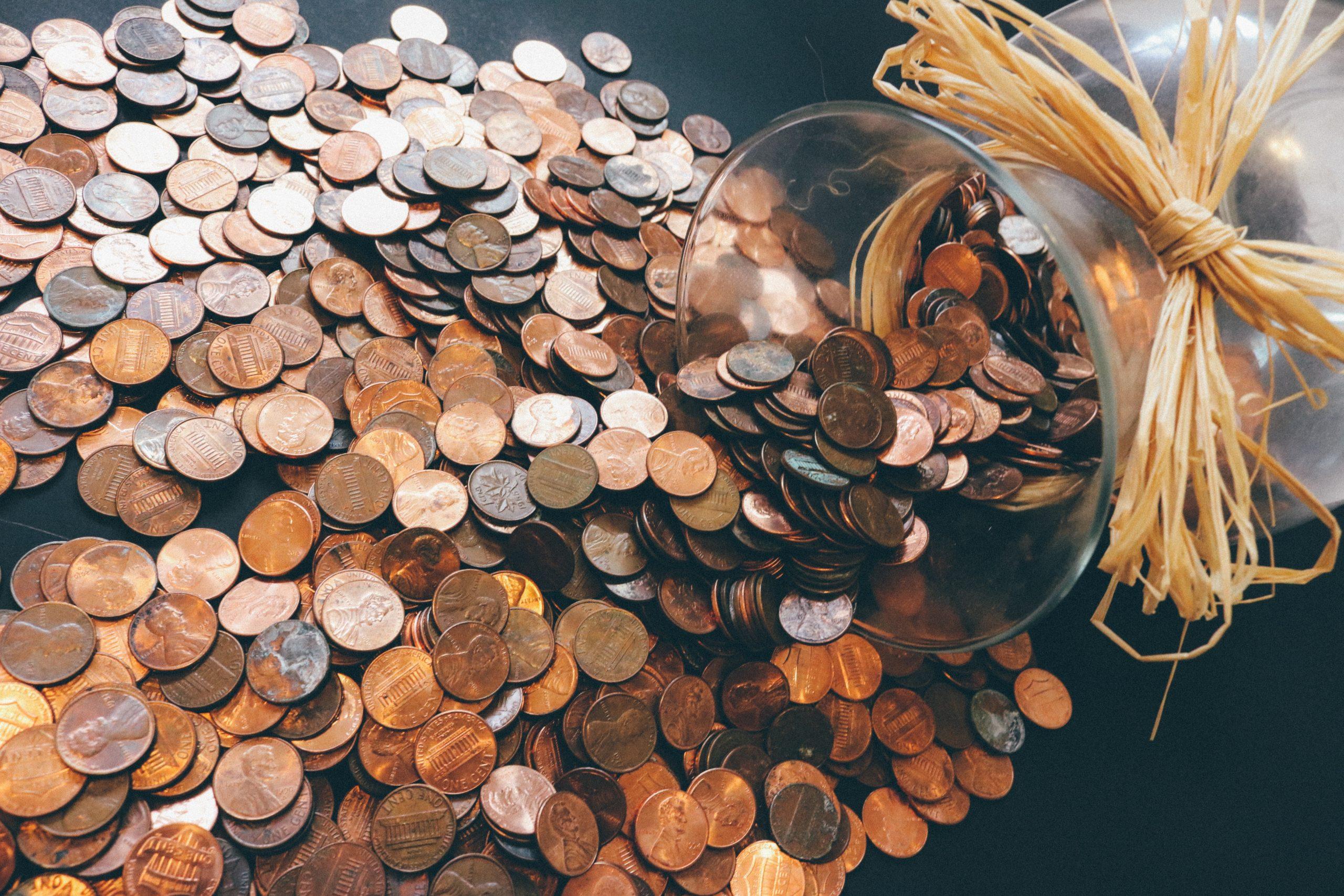 rozsypané mince ze sklenice